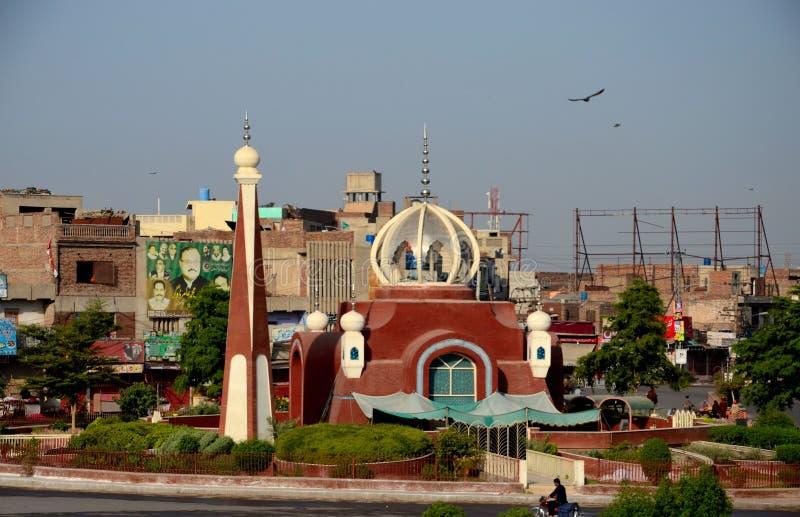 市中心交通环形交通枢纽的木尔坦巴基斯坦现代清真寺 免版税库存图片