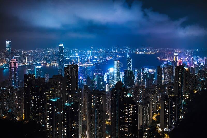 市中心的夜风景与许多摩天大楼,代表城市的企业零件偶象大厦的 免版税库存图片
