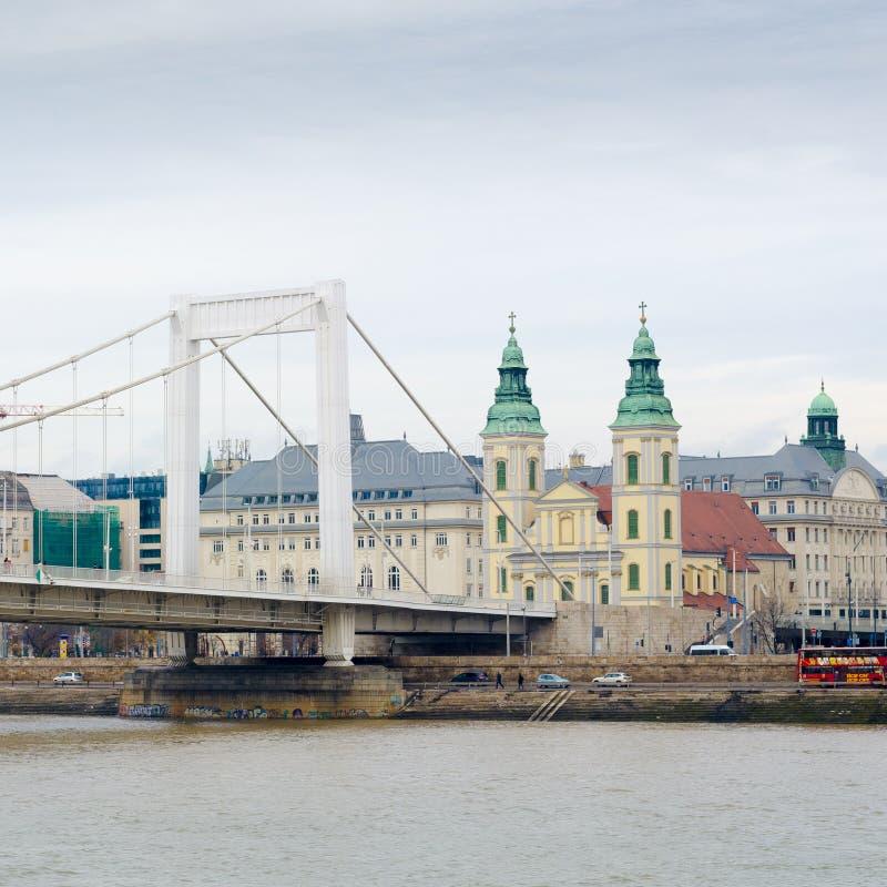 市内贫民区教区教堂和伊丽莎白桥梁在布达佩斯,匈牙利 库存照片