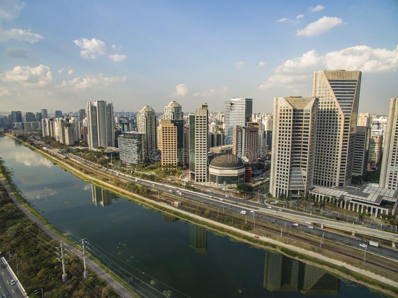 市圣保罗巴西南美、少量的Pinheiros大道和Pinheiros河 免版税库存图片