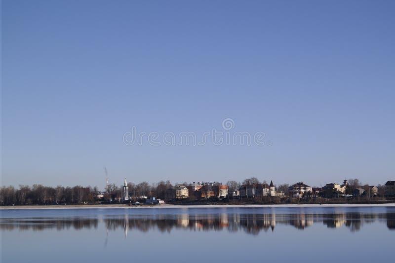 市在伏尔加河的另一边的雅罗斯拉夫尔市 库存照片