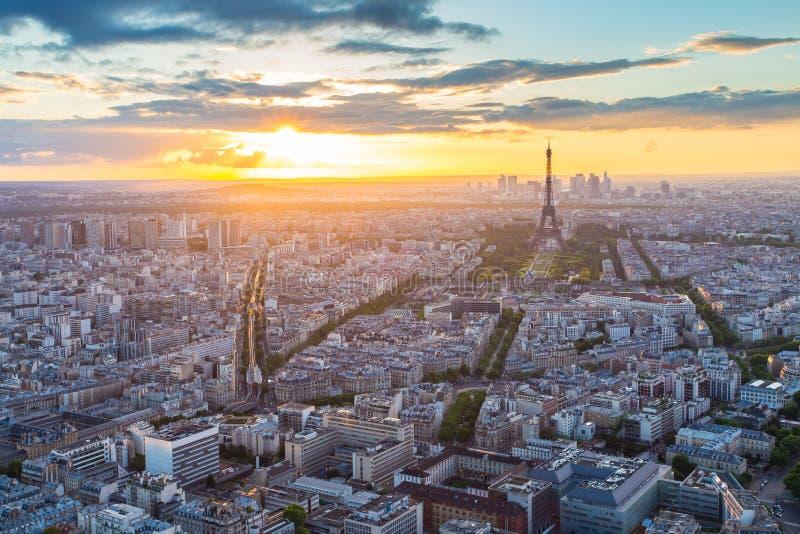 巴黎市地平线与艾菲尔铁塔的屋顶视图在P的日落的 库存图片