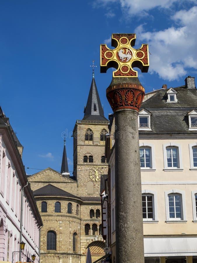 市场十字架在实验者的主要市场-最旧的城市上在德国 免版税库存照片