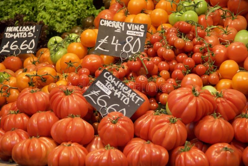 市场摊位上的红绿番茄 库存图片