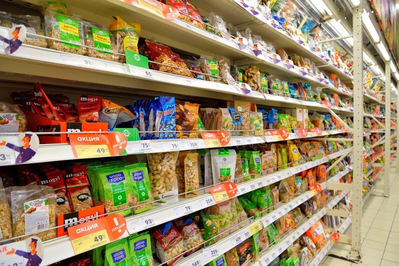市场摊位包装了与坚果并且烘干了果子在大型超级市场K 免版税库存图片