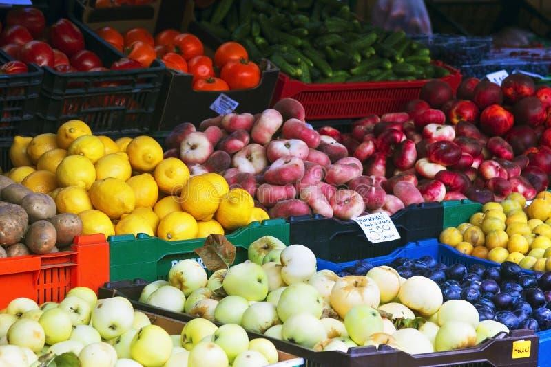 市场用水果和蔬菜 拉脱维亚 库存照片