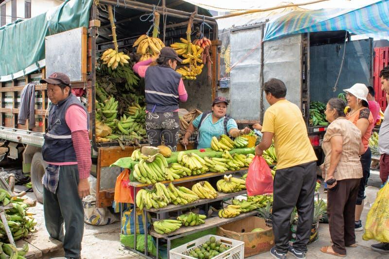 市场,黄色和绿色香蕉和西瓜销售,从汽车南美洲,基多 厄瓜多尔 01/13/2019 免版税库存照片
