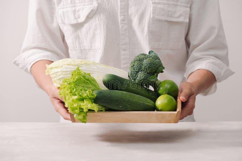 市场 健康素食主义者食物 新鲜蔬菜,莓果的绿色 库存图片