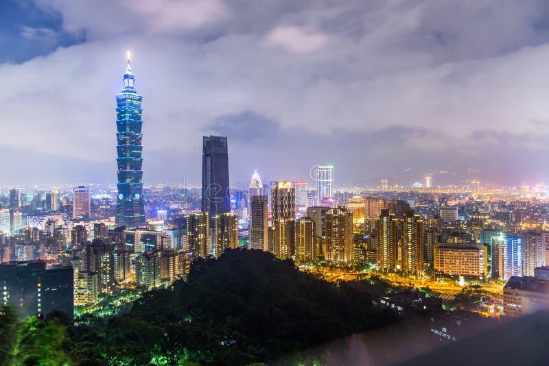 市夜地平线的台北在微明,台湾 免版税库存照片