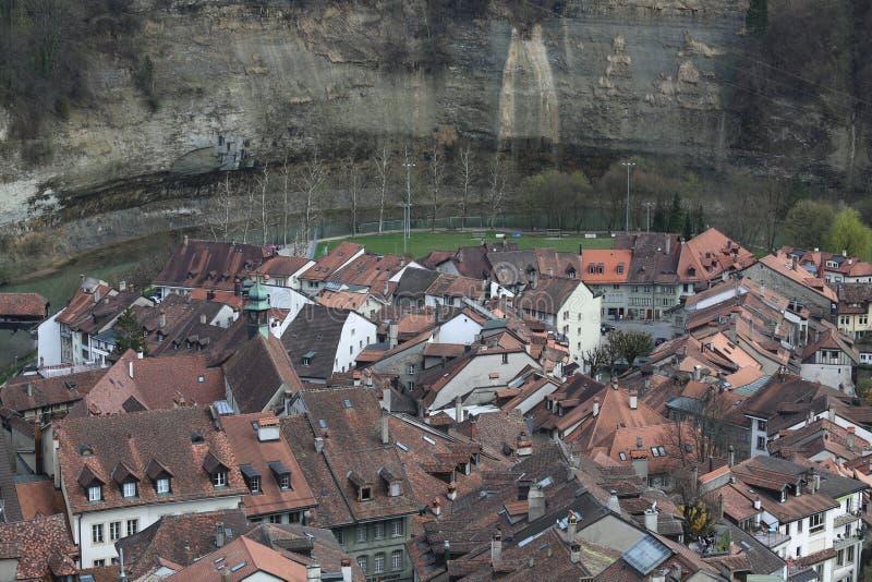 市弗里堡如被看见从大教堂圣尼古拉斯的屋顶 库存图片