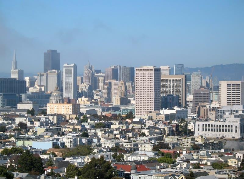 市政厅和旧金山,加利福尼亚,美国街市的看法  库存图片