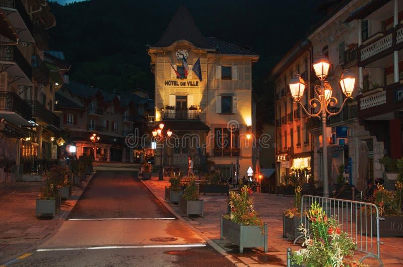市政厅和街道夜视图有灯的在圣徒赫瓦希列斯Bains 库存图片