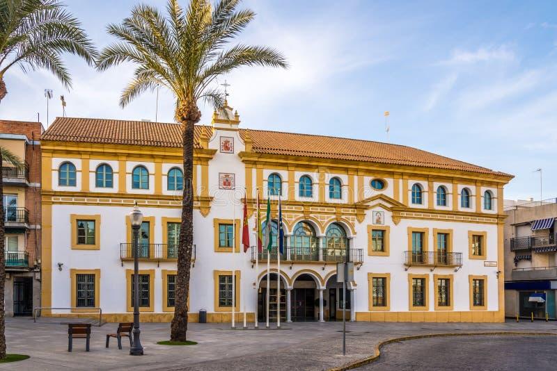 市政厅在宪法地方在塞维利亚-西班牙附近的多斯埃尔马纳斯镇 免版税库存图片