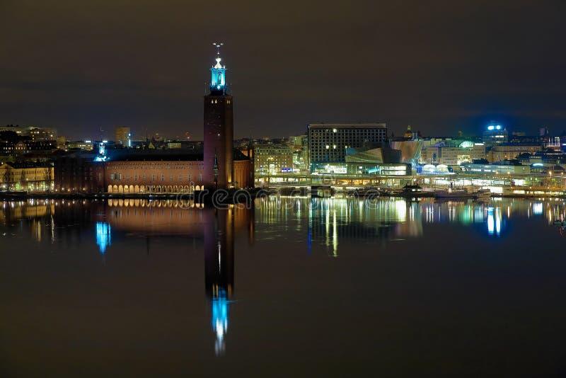 市政厅晚上斯德哥尔摩视图 库存图片