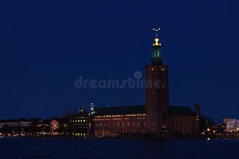 市政厅晚上斯德哥尔摩视图 免版税图库摄影