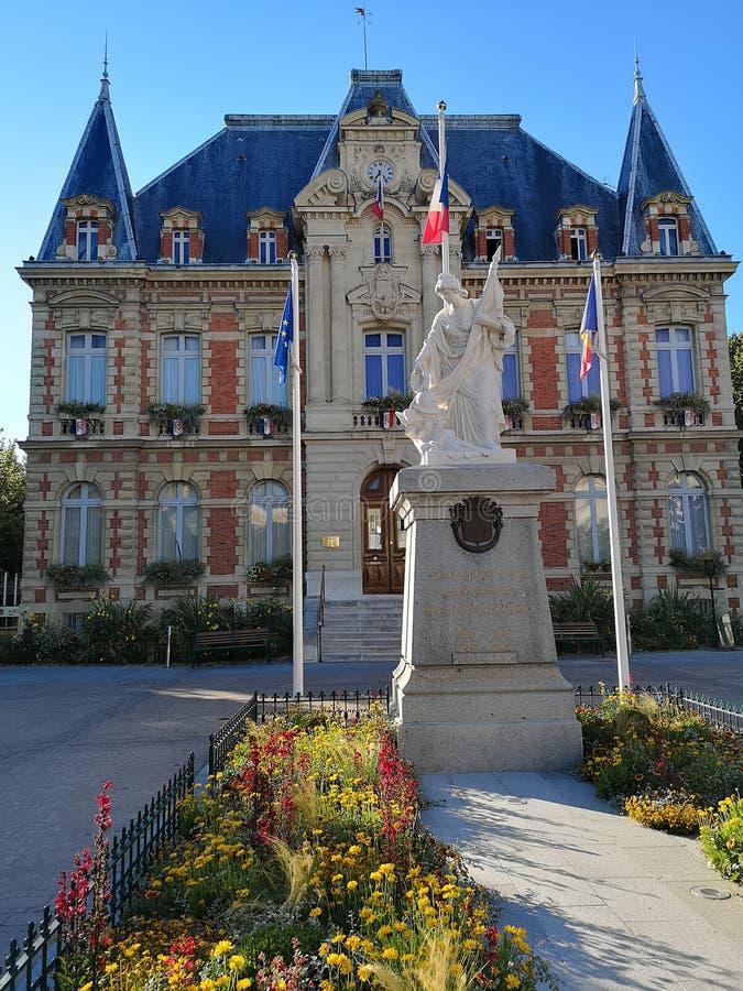 市政古老大厦在Rueil-Malmaison 库存图片