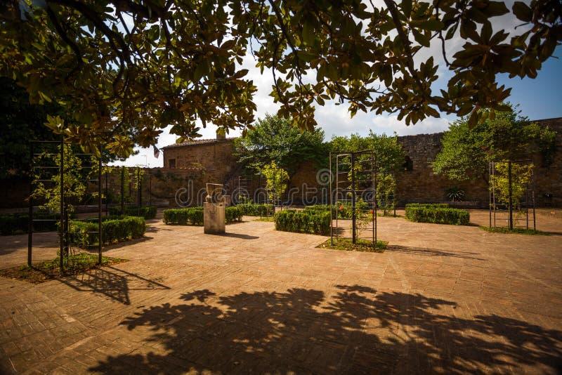 市政玫瑰园在圣奎里科多尔恰,托斯卡纳,意大利 库存图片