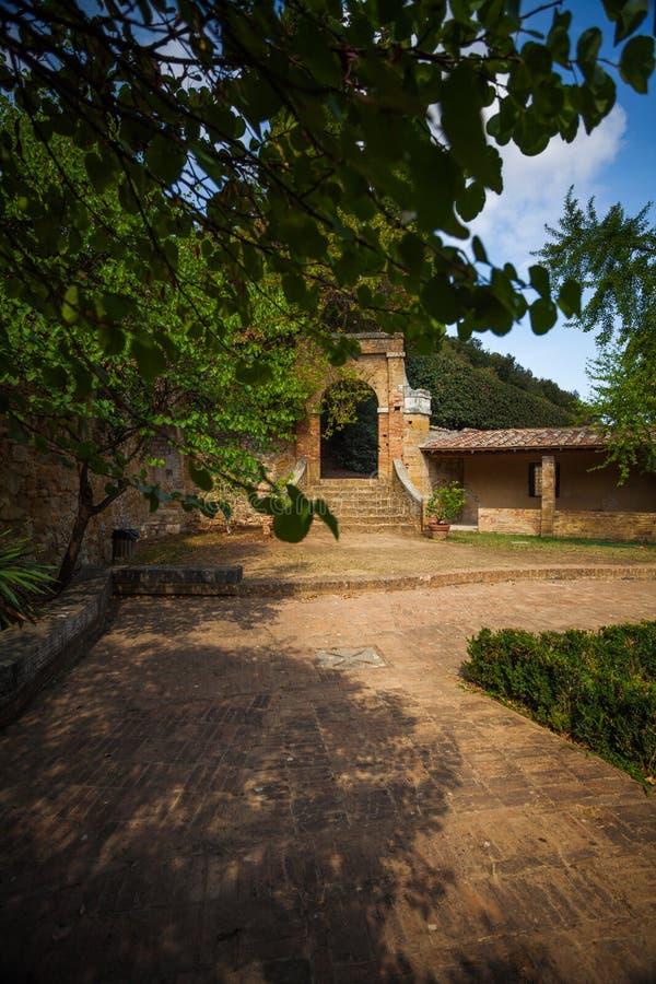 市政玫瑰园在圣奎里科多尔恰,托斯卡纳,意大利 库存照片