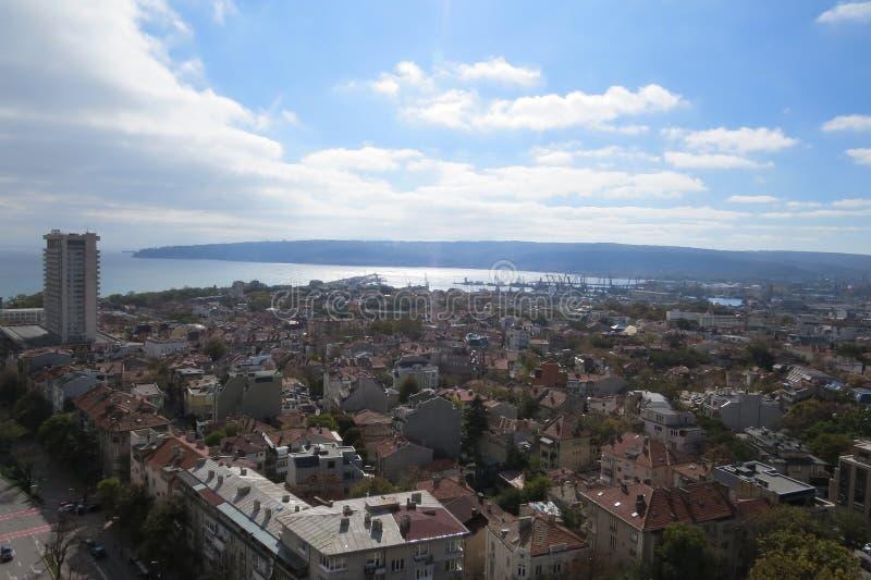 市瓦尔纳,保加利亚,从上面被看见 与后边黑海的空中照片 免版税库存照片