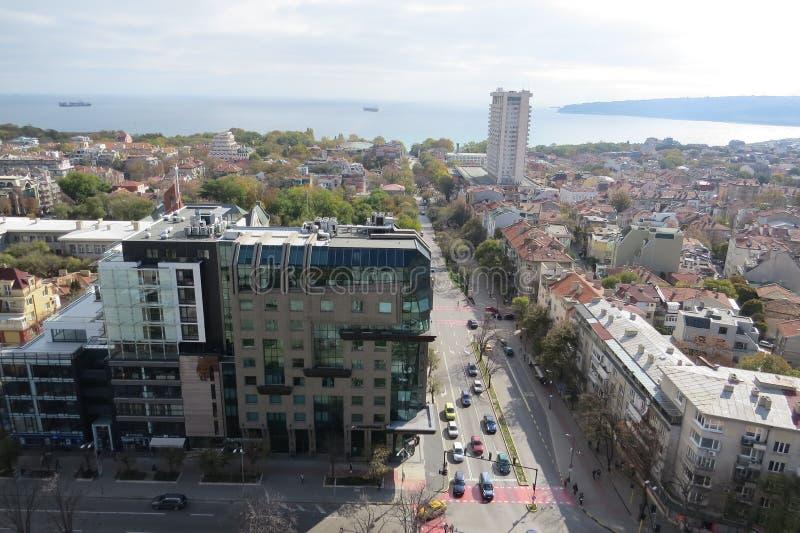 市瓦尔纳,保加利亚,从上面被看见 与后边黑海的空中照片 库存图片