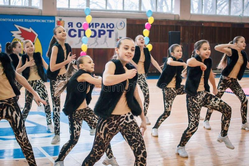 市的冠军啦啦队欢呼的Kamenskoye在独奏、二重奏和队中 免版税库存图片