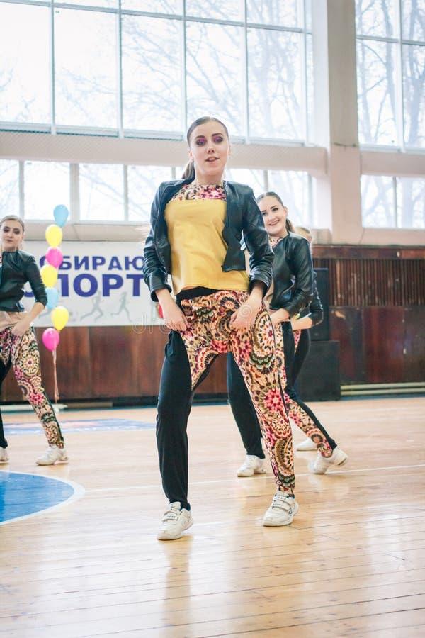 市的冠军啦啦队欢呼的Kamenskoye在独奏、二重奏和队中 免版税图库摄影