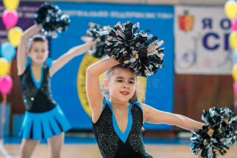 市的冠军啦啦队欢呼的Kamenskoye在独奏、二重奏和队中 图库摄影