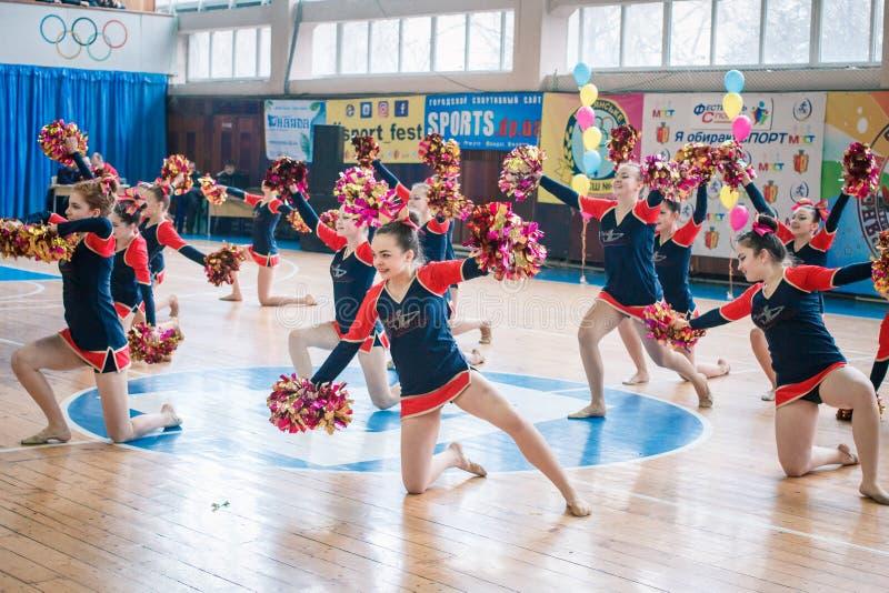 市的冠军啦啦队欢呼的Kamenskoye在独奏、二重奏和队中 库存照片