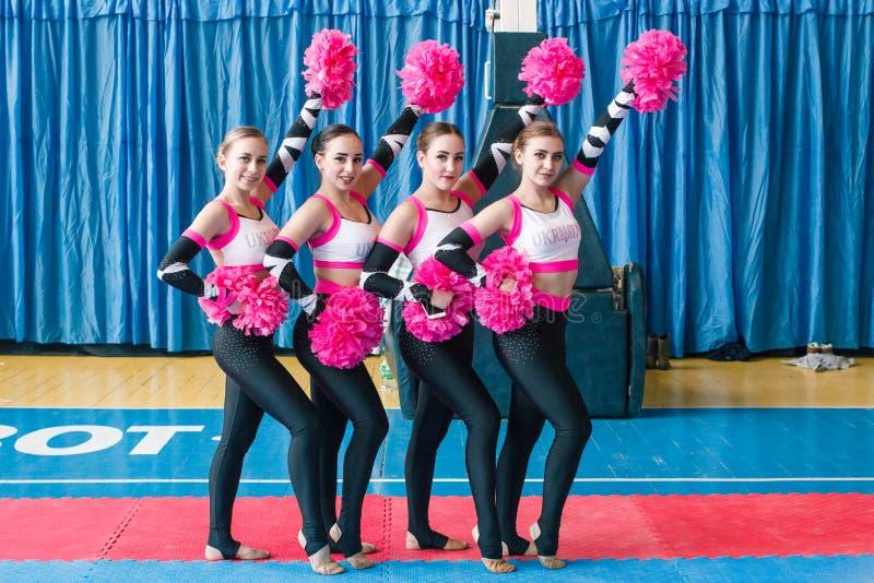 市的冠军啦啦队欢呼的Kamenskoye在独奏、二重奏和队中 库存图片