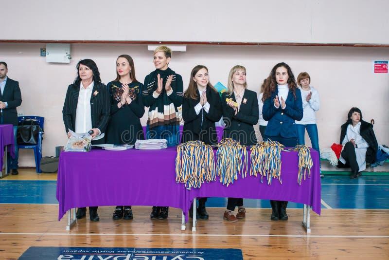 市的冠军啦啦队欢呼的Kamenskoye在独奏、二重奏和队,法官中为颁奖仪式做准备 库存照片