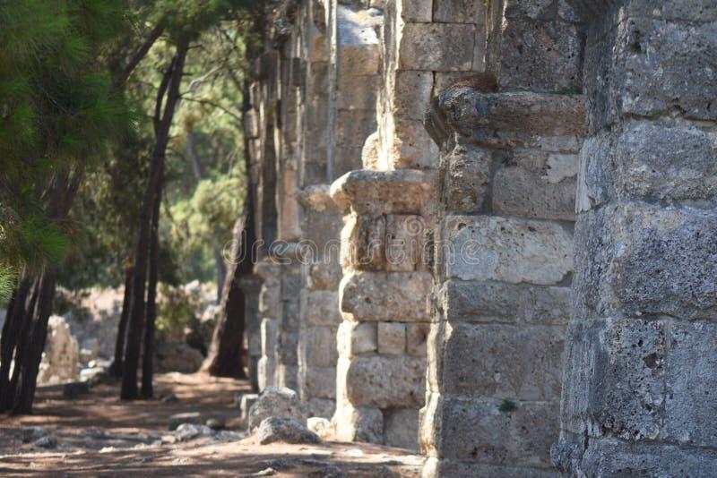 市的古老被毁坏的渡槽Phaselis,土耳其,凯梅尔在晴朗的夏日 免版税图库摄影