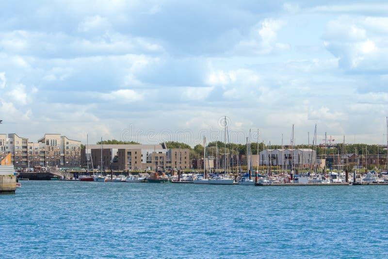市的小游艇船坞的一个小部分有被停泊的一些帆船的敦刻尔克 库存照片