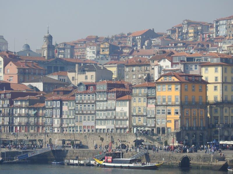 市的看法从房子的窗口的波尔图 葡萄牙 免版税库存照片