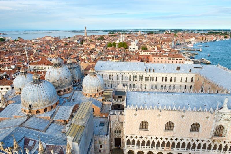 市的看法有圣的威尼斯指示大教堂和共和国总督宫殿 免版税库存图片
