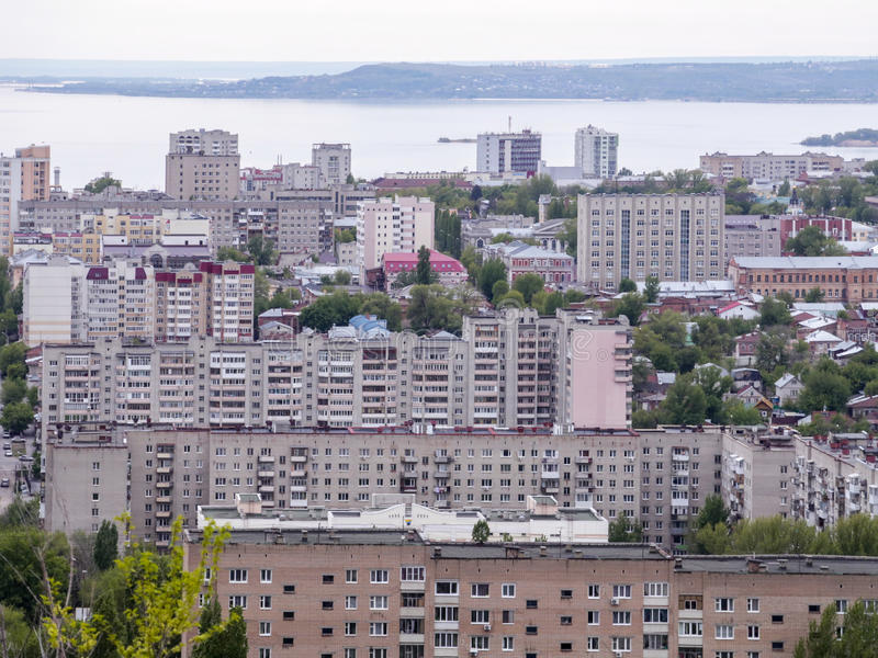 市的看法从山的萨拉托夫 都市风景、基础设施、经济公寓住宅、公共建筑和街道 免版税库存照片