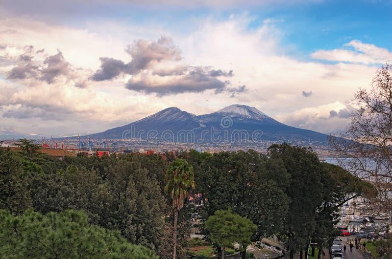 市的美丽的景色拿坡里那不勒斯和山维苏威在背景中多云冬日 褶皱藻属,意大利 免版税库存图片