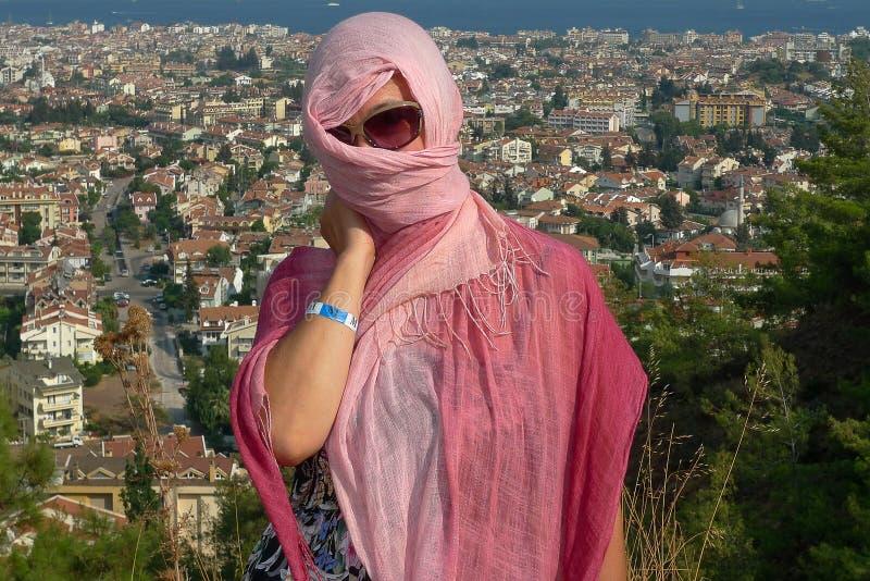 市的背景的妇女马尔马里斯港在土耳其 库存照片