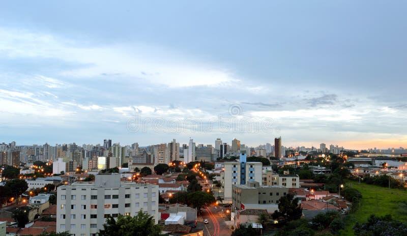市的顶视图在日落期间的坎皮纳斯,在巴西 免版税库存图片