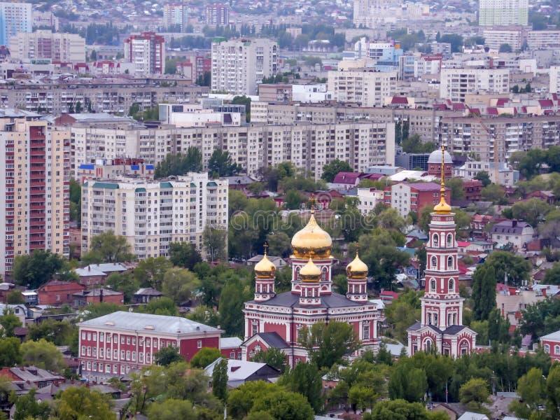 市的顶视图萨拉托夫,俄罗斯 教会覆以圆顶金黄正统 免版税库存图片