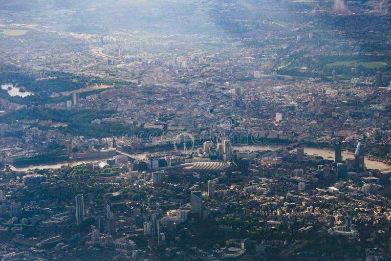市的鸟瞰图从飞机靠窗座位的伦敦 免版税库存图片