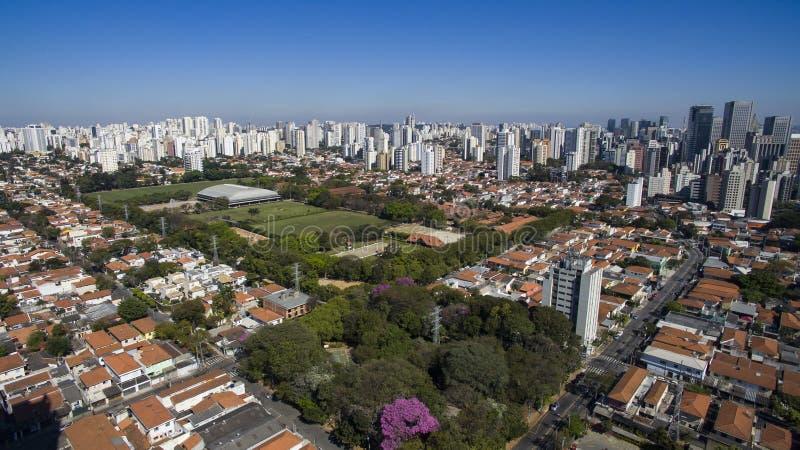 市的鸟瞰图圣保罗巴西, Itaim Bibi邻里 免版税库存照片