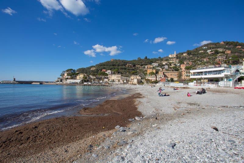 市看法从海滩的雷科,热那亚赫诺瓦省,利古里亚,地中海海岸,意大利 库存照片