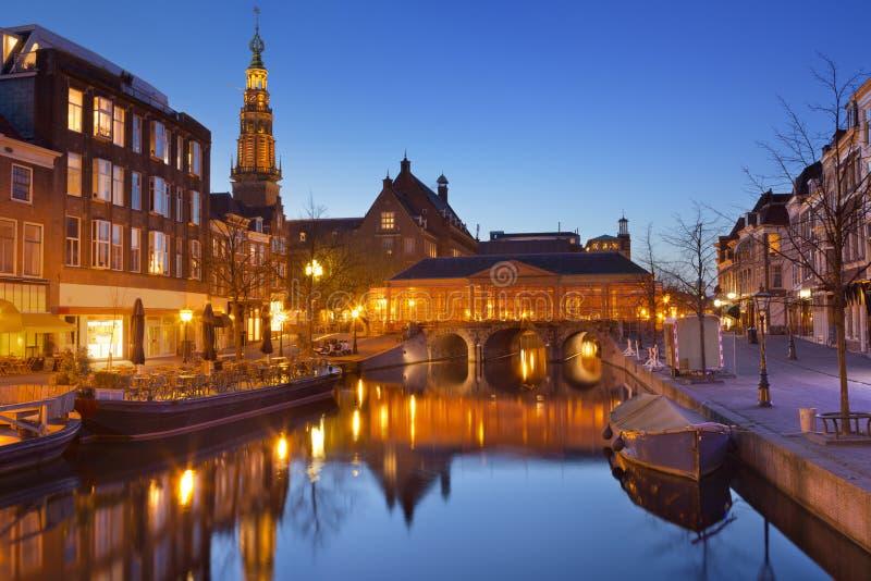 市莱顿,荷兰在晚上 库存照片