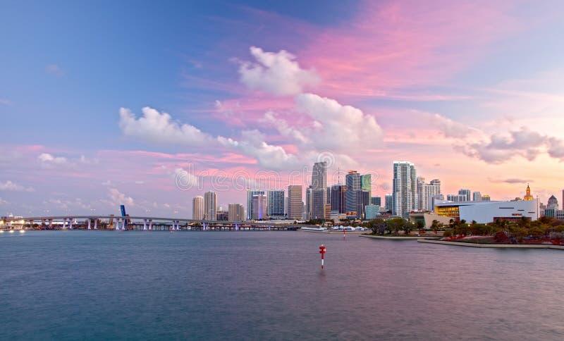 市迈阿密佛罗里达,五颜六色的日落全景 免版税库存照片