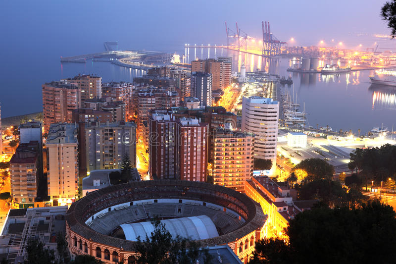 市马拉加在晚上 库存照片