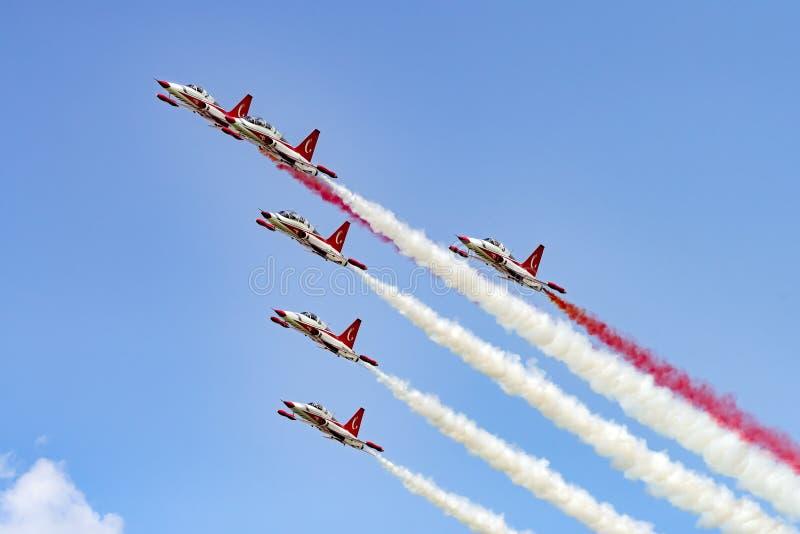 布加勒斯特国际飞行表演偏心,土耳其语担任主角空军队形成示范 免版税库存照片