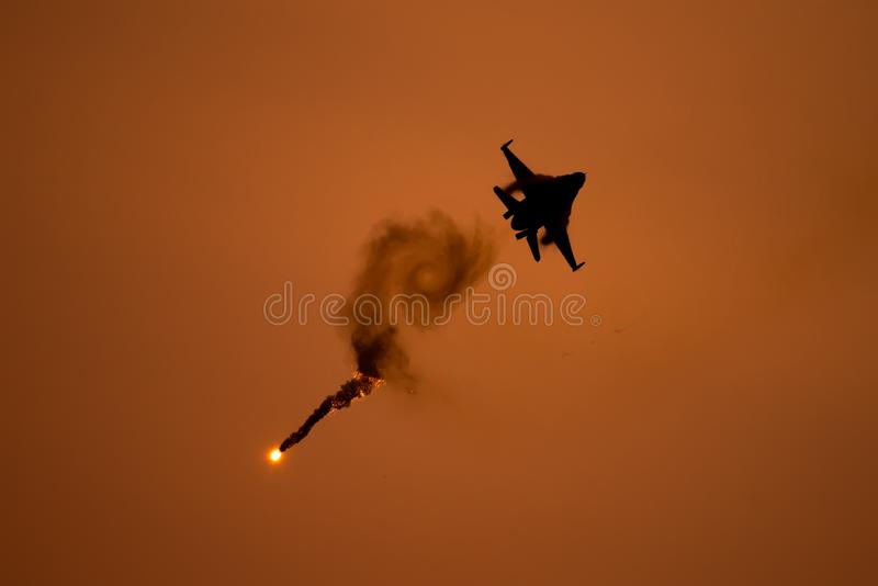 布加勒斯特国际飞行表演偏心, F18大黄蜂剪影 免版税库存照片