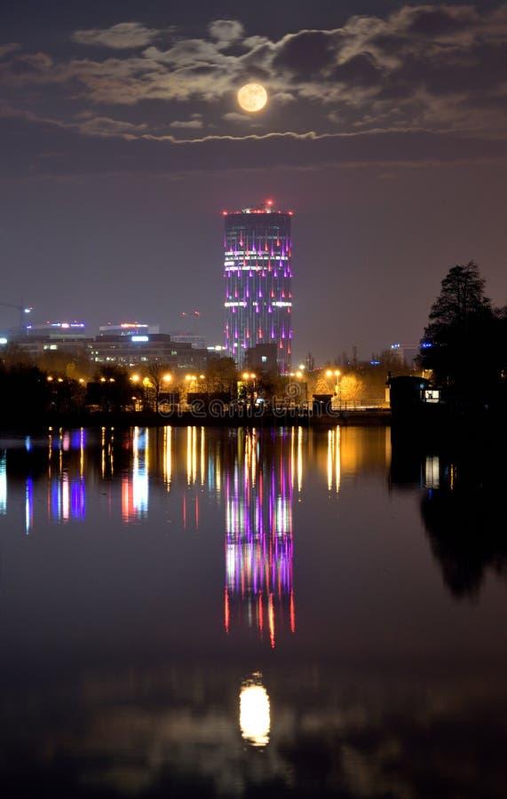 布加勒斯特地平线夜间风景全景鸟瞰图 免版税库存照片