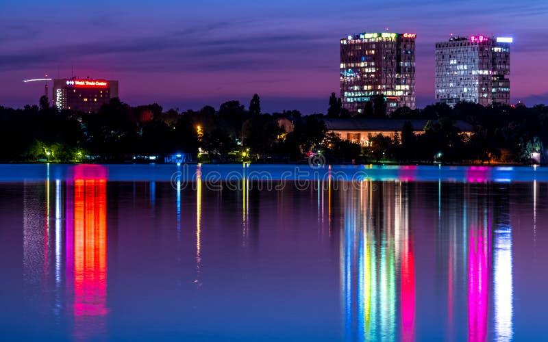布加勒斯特塔在反射在水的晚上 免版税库存照片