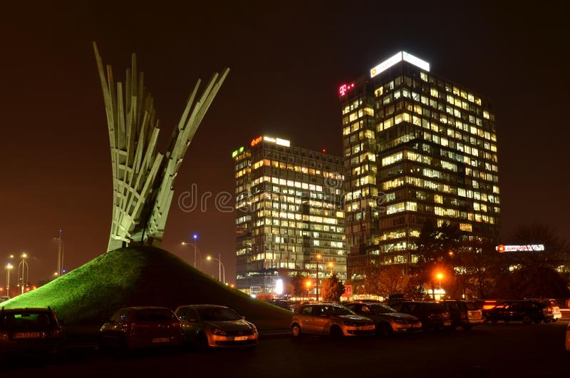 布加勒斯特现代建筑学在晚上 库存图片